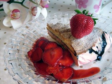 Fryst jordgubbs- och lakritsmaräng
