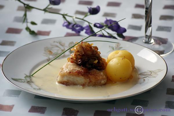 Torsk med vitvinssås och smörstekt lök och rabarber
