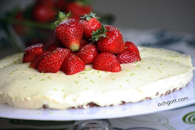 Vit choklad- och limecheesecake med jordgubbar
