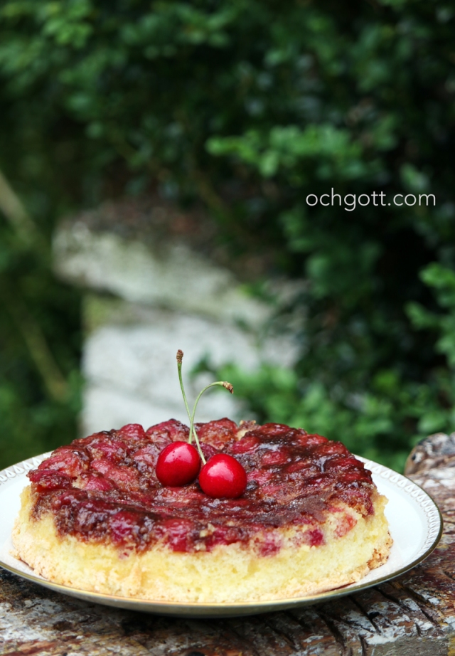 Upp- och nerkaka med körsbär