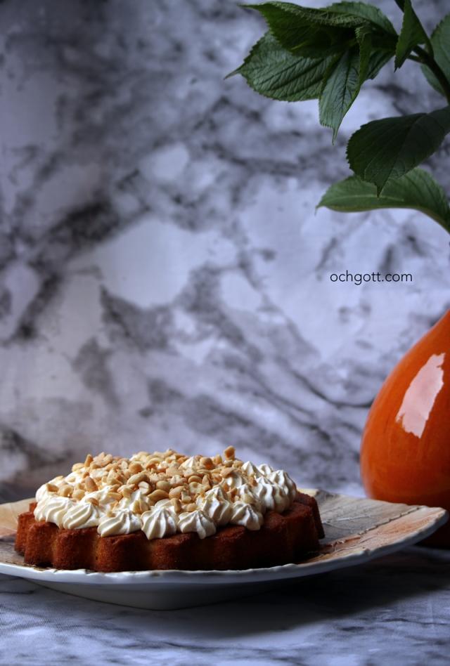 Ingefärskaka med kolafluff och jordnötter - Foto: Britt-Marie Knutsson