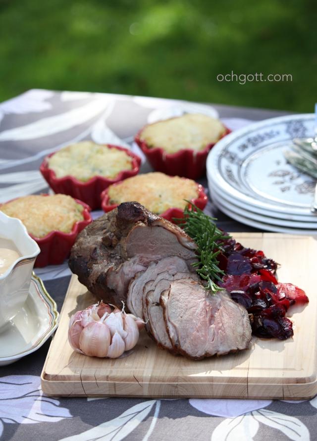 Lammstek med rostad vitlökssås, rosmarinstekta rödbetor och gratinerat potatisstomp - Foto: Britt-Marie Knutsson