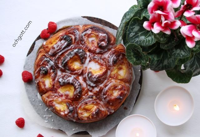 Butterkaka med hallonsylt och vaniljkräm - Foto: Britt-Marie Knutsson