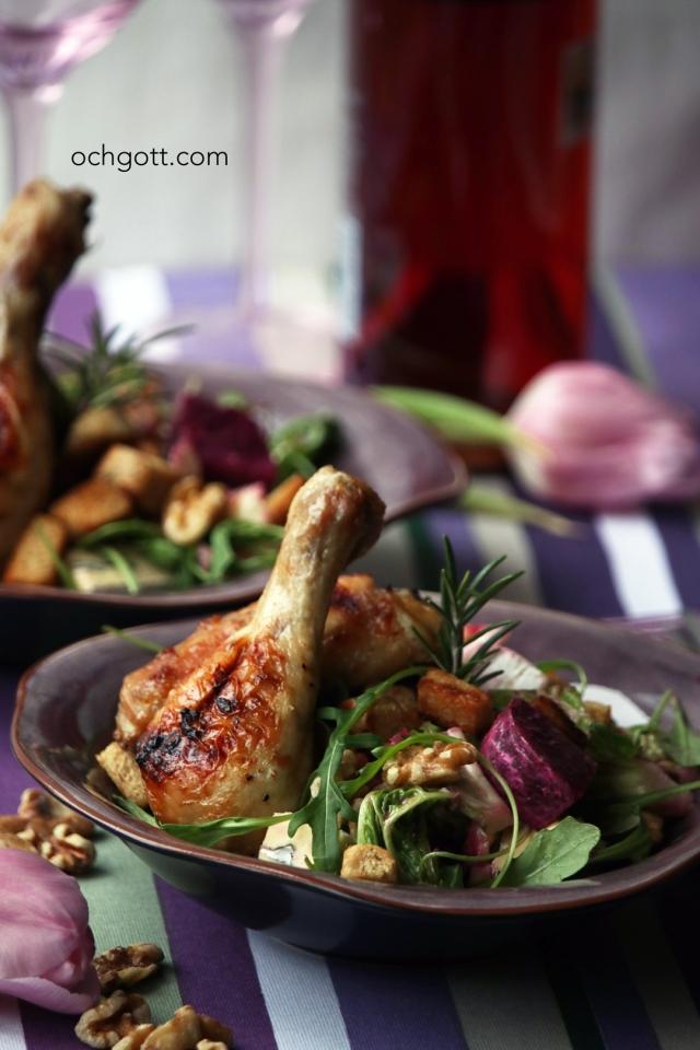 Kycklingklubba med sallad på savoykål, rödbetor, rucola, blåmögelost och valnötter - Foto: Britt-Marie Knutsson