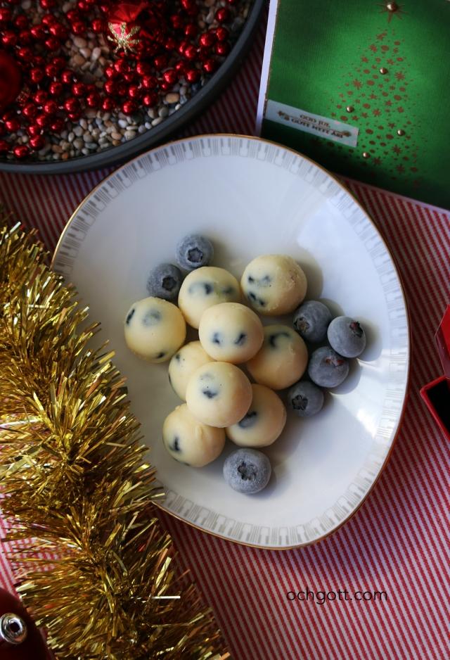 Vit chokladtryffel med torkade blåbär - Foto: Britt-Marie Knutsson