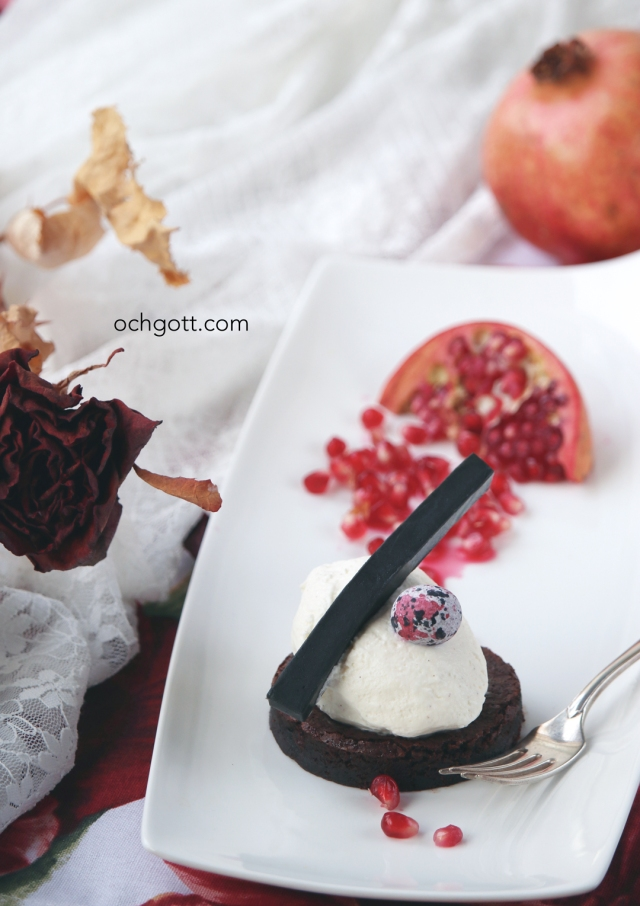 Brownie med philadelphiamousse, lakritsfudge och granatäpple - Foto: Britt-Marie Knutsson