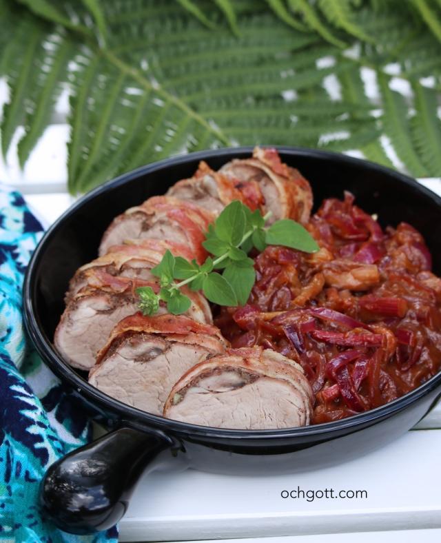 Baconlindad fläskfilé med rabarber- och lökkompott - Foto: Britt-Marie Knutsson